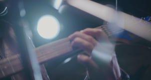 A mão do guitarrista que joga cordas na guitarra elétrica filme