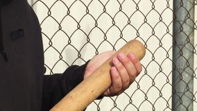 Mão do homem com bastão de beisebol video estoque