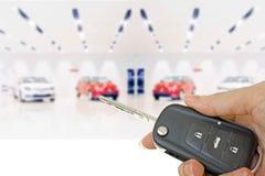 Mão do homem com chave do carro imagens de stock royalty free