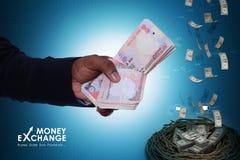 Mão do homem com notas da moeda Imagens de Stock