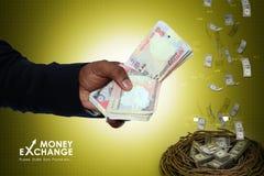 Mão do homem com notas da moeda Foto de Stock