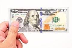Mão do homem com 100 notas de dólar Foto de Stock