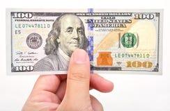 Mão do homem com 100 notas de dólar Imagem de Stock