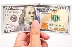 Mão do homem com 100 notas de dólar Fotos de Stock Royalty Free