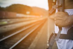 Mão do homem com a trouxa no estação de caminhos-de-ferro em Ásia Fim acima Fotografia de Stock