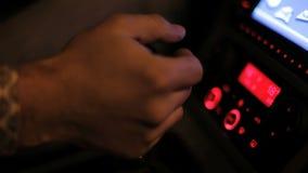 A mão do homem comuta a caixa de engrenagens no automóvel Transmissão manual Botão da caixa de engrenagens vídeos de arquivo