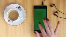 Mão do homem da tela do verde de Smartphone video estoque