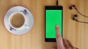 Mão do homem da tela do verde de Smartphone filme