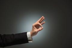 Mão do homem de negócio e ação APROVADA do sinal Fotografia de Stock Royalty Free