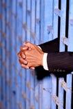 Mão do homem de negócio na cadeia foto de stock
