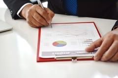 Mão do homem de negócio que aponta à informação do gráfico Imagem de Stock Royalty Free