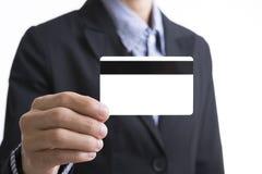 Mão do homem de negócio que guarda a exibição vazia do cartão de crédito do negócio Foto de Stock Royalty Free