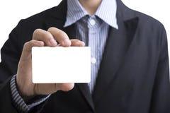 mão do homem de negócio que guarda o cartão vazio que mostra para o identi Fotos de Stock