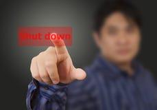 Mão do homem que toca no botão interrompido fotografia de stock