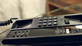 A mão do homem de negócios do close up que faz 911 chama o telefone filme