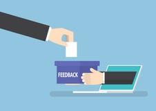 Mão do homem de negócios com a caixa do feedback que cola para fora do portátil Fotografia de Stock Royalty Free