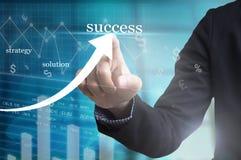 Mão do homem de negócios com tiragem de uma carta e de um sucesso comercial do gráfico fotografia de stock
