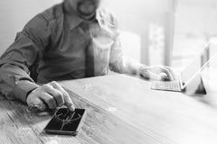 Mão do homem de negócios da vista superior usando a compra em linha dos pagamentos móveis, Fotografia de Stock Royalty Free