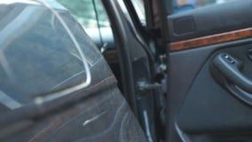 A mão do homem de negócios masculino abre e guarda a porta de carro para a jovem mulher bonita Porta de abertura do homem do auto filme