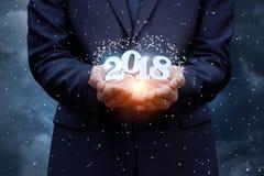 A mão do homem de negócios mostra 2018 Foto de Stock