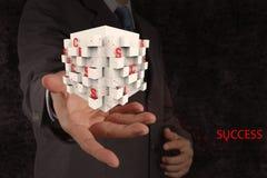 A mão do homem de negócios mostra a caixa da carta do sucesso comercial Foto de Stock Royalty Free