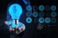 A mão do homem de negócios mostra a luz e a parceria do enigma fotos de stock royalty free