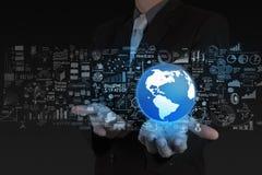 Mão do homem de negócios o mundo e a estratégia empresarial Fotografia de Stock