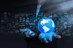 Mão do homem de negócios o mundo e a estratégia empresarial Fotos de Stock