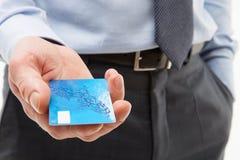 A mão do homem de negócios que dá o cartão de crédito imagem de stock royalty free