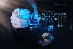 Mão do homem de negócios que empurra o botão da nova tecnologia no comput moderno