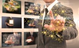 Mão do homem de negócios que empurra o botão em uma relação do tela táctil fotos de stock