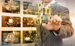 Mão do homem de negócios que empurra o botão em uma relação do tela táctil Imagens de Stock Royalty Free