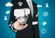 Mão do homem de negócios que guarda a conectividade esperta da nuvem do telefone Imagem de Stock Royalty Free