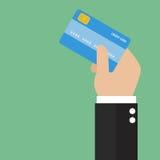 Mão do homem de negócios que guarda o cartão de crédito Foto de Stock