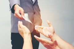 Mão do homem de negócios que guarda o dólar americano, USD as contas, dinheiro da cédula do dólar das ofertas e dinheiro da doaçã Fotos de Stock