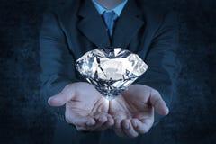 Mão do homem de negócios que guarda o diamante 3d Fotografia de Stock Royalty Free