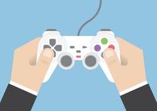 Mão do homem de negócios que guarda o manche ou o controlador do jogo Fotos de Stock