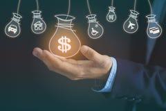 Mão do homem de negócios que guarda o saco do dinheiro com holograma no backgro escuro fotografia de stock royalty free