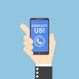 Mão do homem de negócios que guarda o smartphone com contato nós texto Imagem de Stock