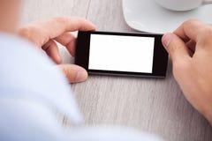 A mão do homem de negócios que guarda o smartphone com tela vazia Foto de Stock Royalty Free