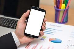Mão do homem de negócios que guarda o telefone esperto (telefone celular) Imagem de Stock Royalty Free