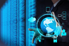 Mão do homem de negócios que guarda a rede da nuvem Fotos de Stock