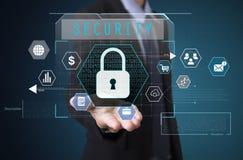 Mão do homem de negócios que guarda a segurança sinal na tela virtual Imagem de Stock
