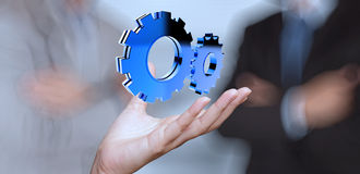 Mão do homem de negócios que mostra a engrenagem 3d ao sucesso Foto de Stock Royalty Free