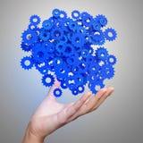 A mão do homem de negócios que mostra o azul alinha rodas denteadas foto de stock royalty free