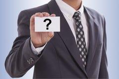 Mão do homem de negócios que mostra o cartão do sominess Foto de Stock