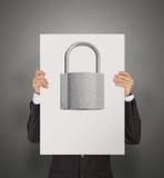 Mão do homem de negócios que mostra o cartaz do cadeado do metal 3d Imagem de Stock