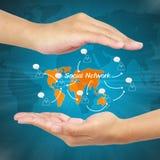 Mão do homem de negócios que mostra o conceito social da rede Imagem de Stock