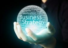 Mão do homem de negócios que mostra a palavra da estratégia empresarial