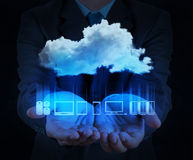 Mão do homem de negócios que mostra sobre a rede da nuvem imagens de stock